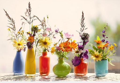 Những chậu hoa cảnh để bàn làm việc được làm từ chất liệu nhựa, vải,... khá phổ biến hiện nay