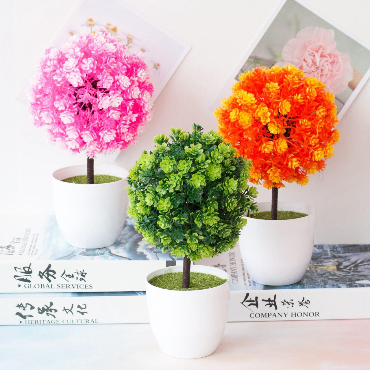 Tùy vào sở thích, bạn có thể lựa chọn chậu hoa cây cảnh để bàn làm việc phù hợp