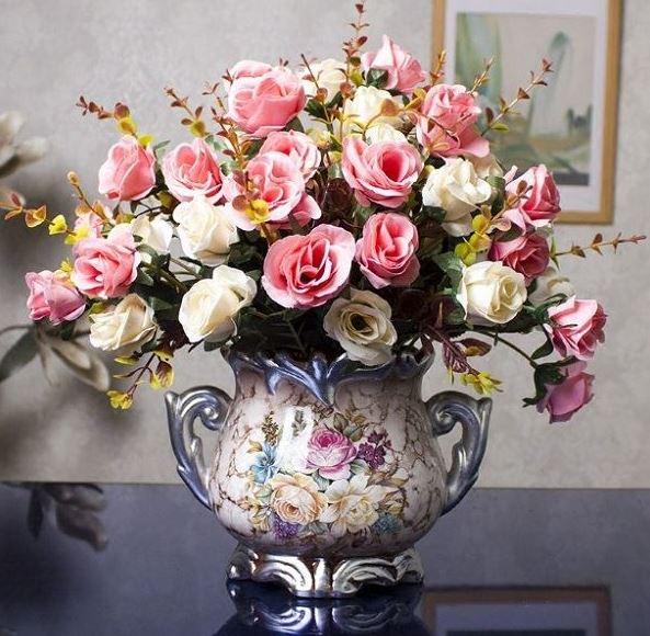 Để tạo ấn tượng tốt cho khách ghé thăm, người ta thường cân nhắc khá kỹ lưỡng khi chọn hoa để bàn lễ tân để trang trí
