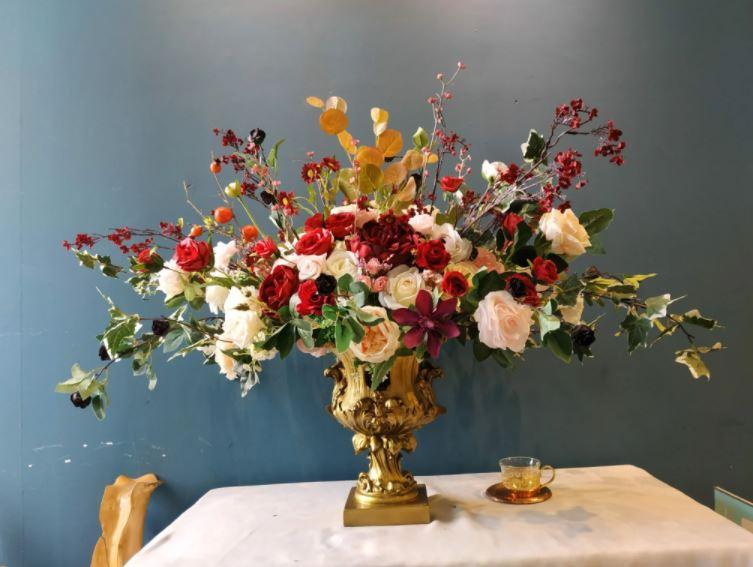 Chậu hoa để bàn nên có sự hài hòa, tạo cảm giác thoải mái cho bất cứ ai khi nhìn vào
