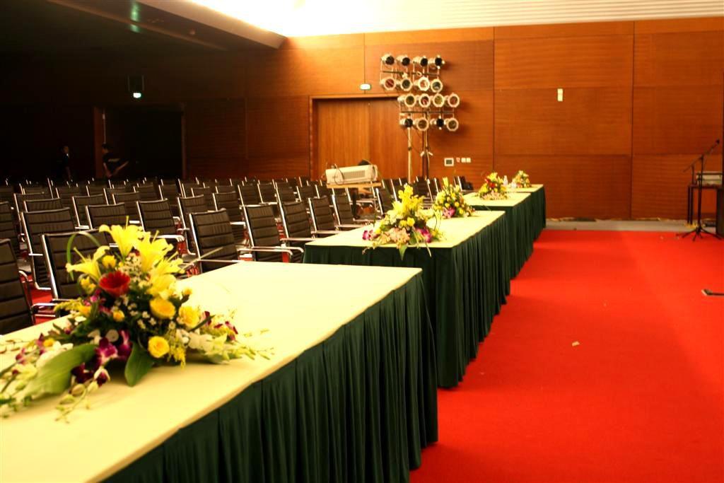 Sử dụng hoa để trang trí bàn hội nghị giúp tăng tính trang trọng đáng kể cho không gian