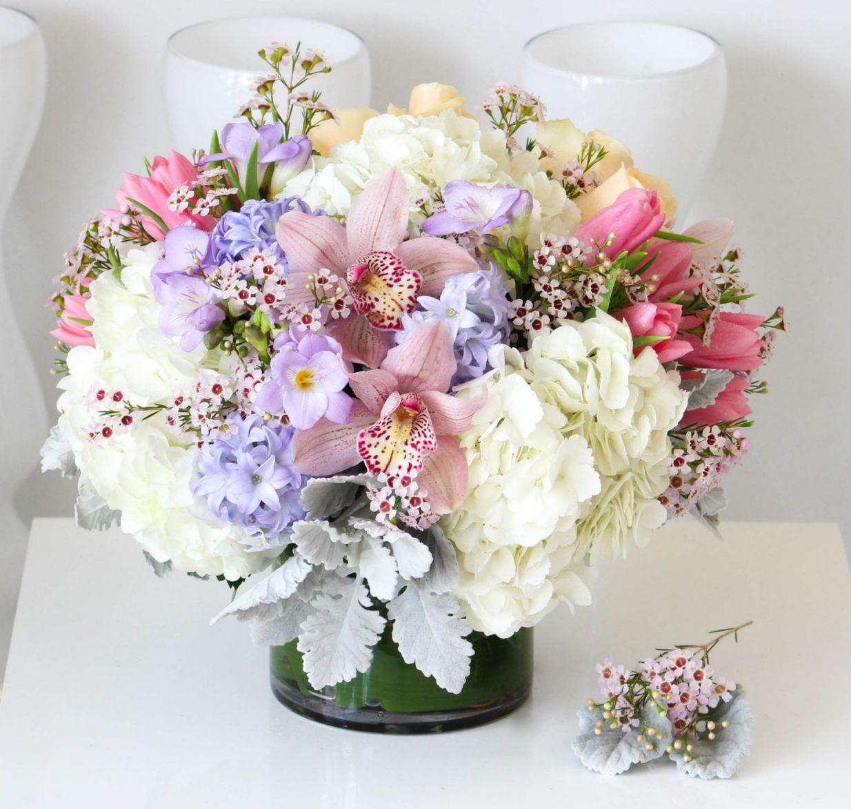 Không nhất thiết phải là hoa tươi, bạn có thể chọn hoa vải trang trí để có thể tái sử dụng, tăng tính kinh tế vượt bậc