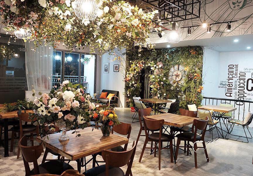 Trang trí quán cafe bằng hoa một cách linh hoạt