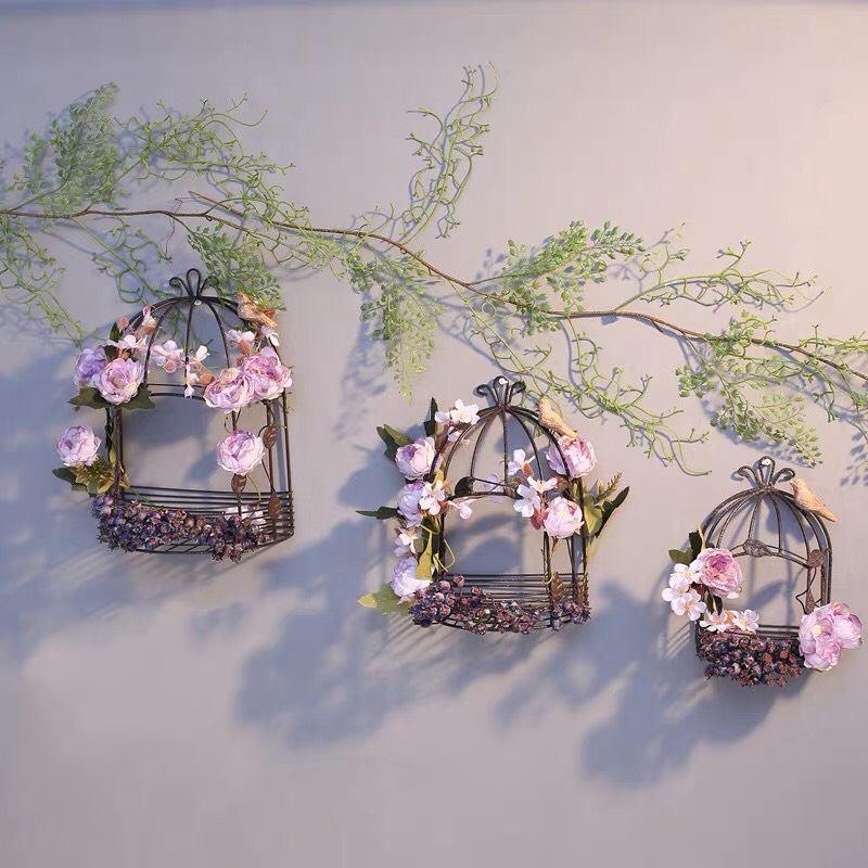 Treo hoa trên giá, kệ cũng là ý tưởng khá độc đáo, thu hút