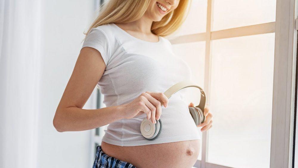Vì sao thai phụ phải nghe nhạc trong những tháng đầu mang thai?