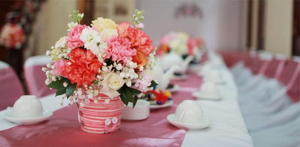 Hoa là 1 phần không thể thiếu trong cách trang trí lễ ăn hỏi đẹp