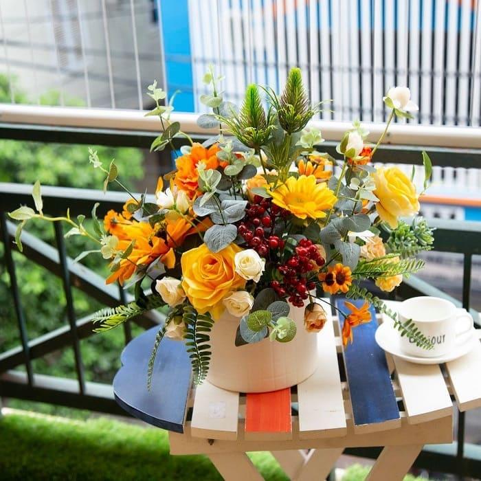 Cách trang trí nhà ngày Tết đơn giản bằng hoa giả không chỉ đảm bảo tính thẩm mỹ mà còn tối ưu hoa chi phí hiệu quả