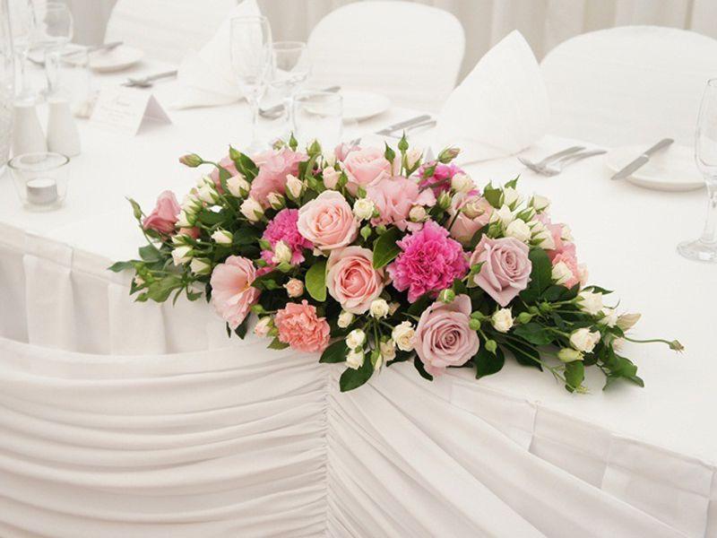 Hoa để bàn đại biểu góp phần tăng tính trang trọng cho không gian
