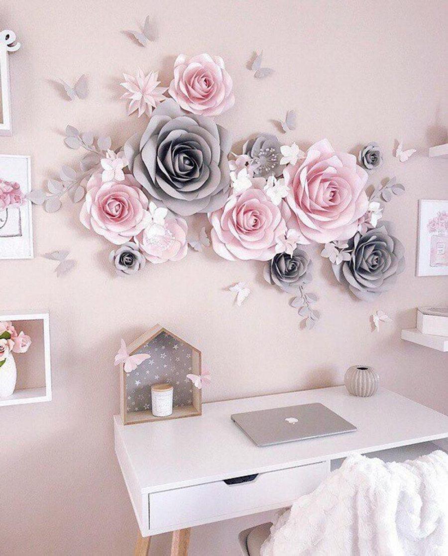 Dán hoa giả trên tường cũng là ý tưởng khá độc đáo
