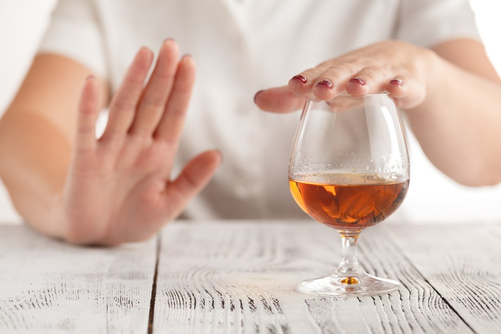 Nên hạn chế sử dụng thức uống chứa caffein và cồn