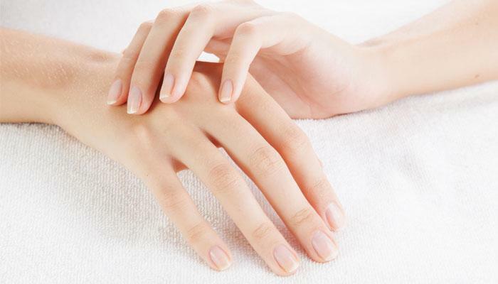 Loại bỏ các thói quen xấu đối với đôi tay cũng giúp bàn tay thon gọn, mượt mà hơn