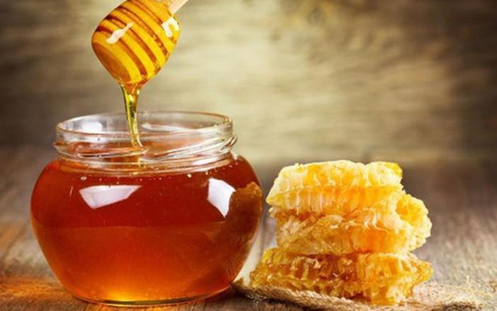 Sử dụng mật ong và bột nghệ để làm hồng nhũ hoa