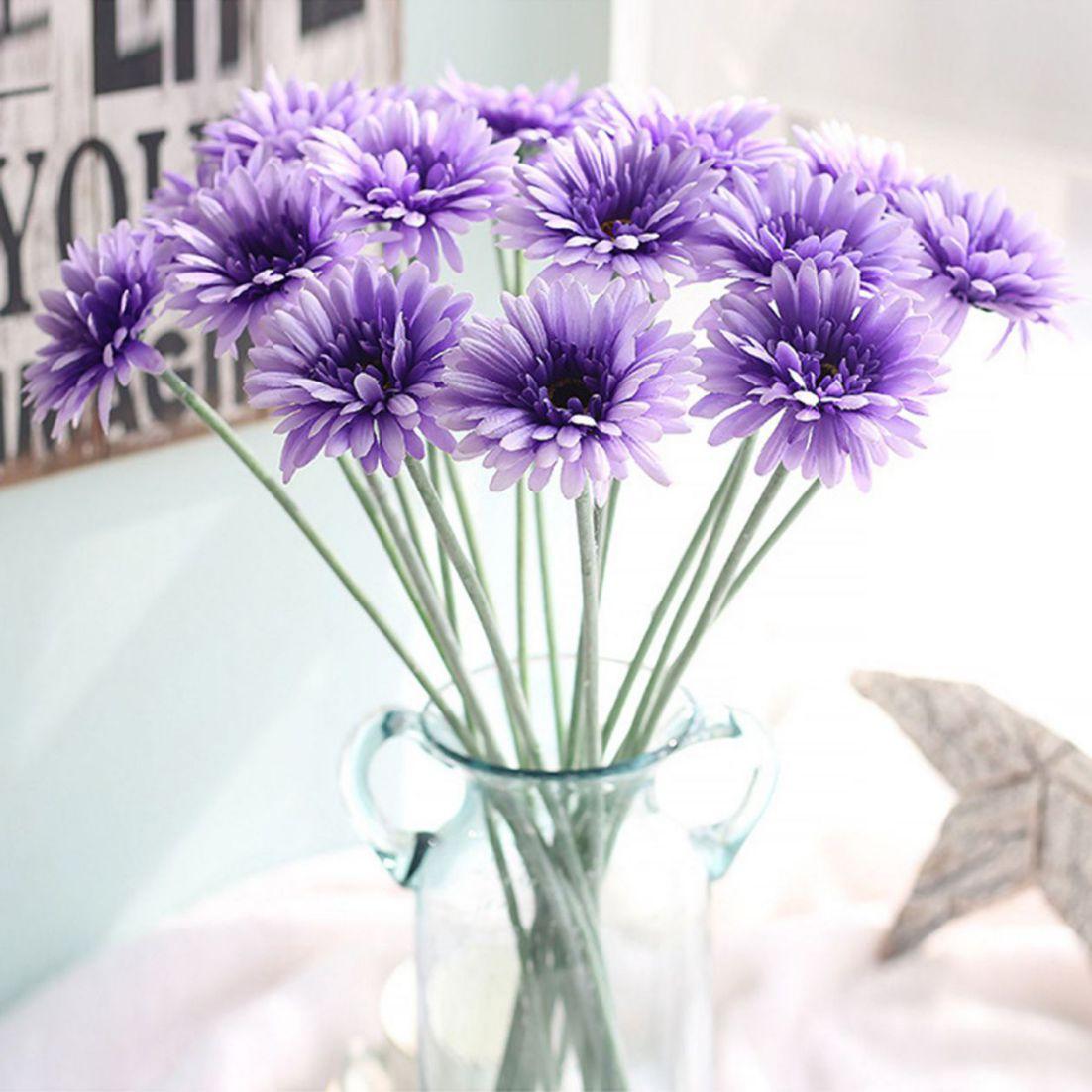 Có thể trang trí phòng ngủ bằng những mẫu hoa giả, hoa vải để tạo điểm nhấn riêng