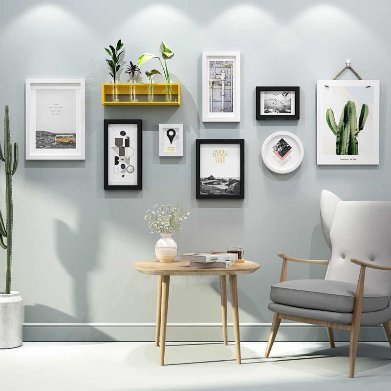 Nếu như tường của bạn quá trống trải, hãy treo tranh ảnh kích thước nhỏ và đặt ở những vị trí tương xứng