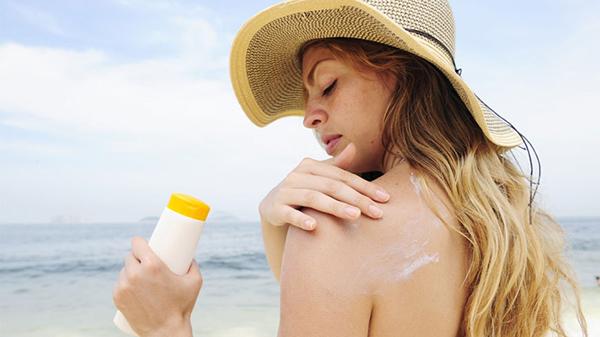 Nắng hè sẽ gây hại cho da bà bầu, chọn ngay kem chống nắng cho da để thoải mái đi biển