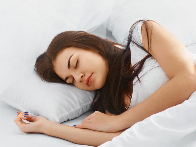 Đi ngủ sớm và đủ giấc giúp tái tạo năng lượng hiệu quả, đồng thời đây cũng là lưu ý quan trọng trong khâu chăm sóc sắc đẹp của bất kì ai