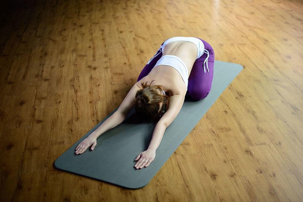 Tập thể dục nhẹ nhàng cũng là câu trả lời đáng cân nhắc cho vấn đề làm sao để đỡ đau bụng kinh
